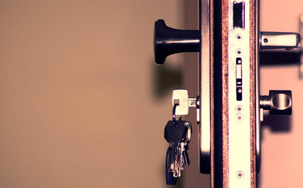 Kuvituskuva ovesta, jonka lukossa on avainnippu.