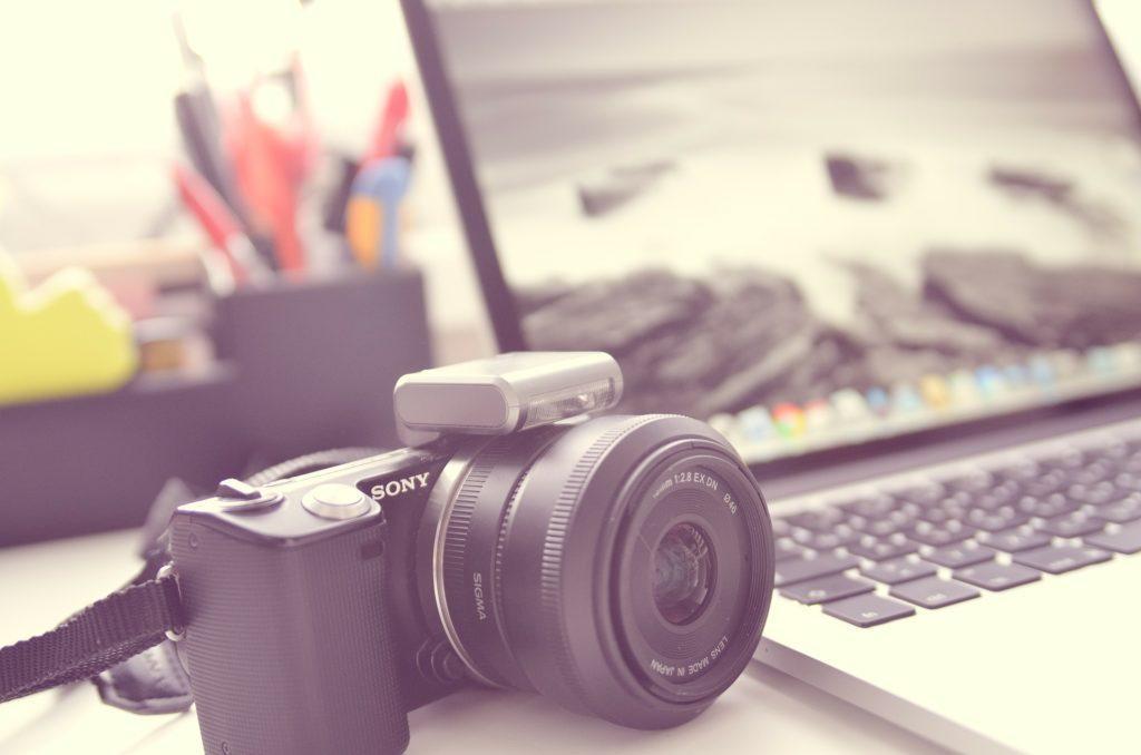 Kuvituskuva, jossa kamera ja tietokone.