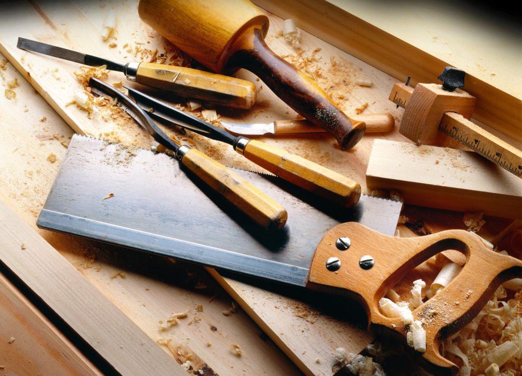 Kuvituskuva puusepän työkaluista.