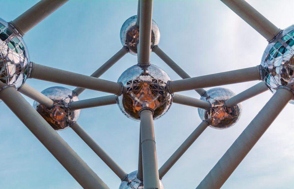 Kuvituskuva, jossa on abstrakti metallinen rakennelma.