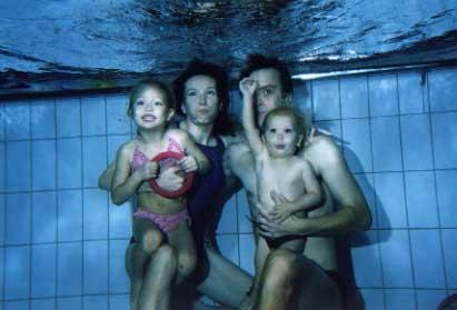 Perhe sukeltaa